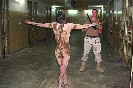 Et av bildene som ble publisert i The Washington Post fredag viser en naken iraker dekket av et ukjent stoff og iført fotlenker. (Foto: AP/The Washington Post)