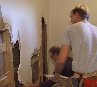 Spesialister fant fuktskader i vegger og gulv i leiligheten i Verven. Foto: Arne Brommeland