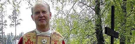 Biskop Olav Skjevesland beklager at det blir færre gudstjenester i Skien.