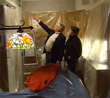 Ingunn Ørland og Gaute Flatheim ser på fuktskadene i leiligheten hennes