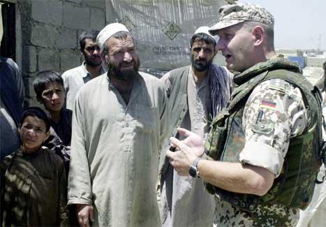 Ein tysk ISAF-soldat avhøyrer ein afghanar, etter angrepet på norske soldatar utanfor Kabul i går. (Foto: AFP/Scanpix)