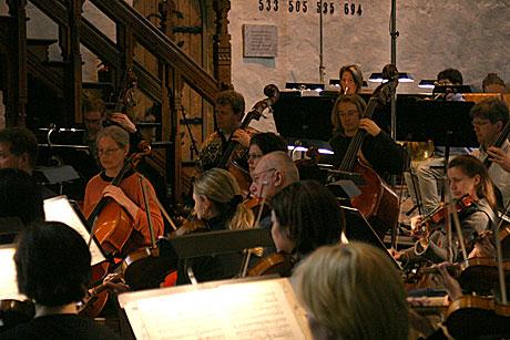 Det blir trangt når hele Bergen Filharmoniske Orkester skal inn i Bergen Domkirke. Foto: Arne Kristian Gansmo, NRK.no.