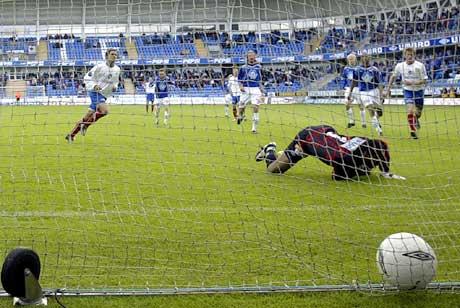 Vålerengas Freddy dos Santos setter straffesparket i mål bak keeper Eddie Gustafsson i Molde-målet. (Foto: Håkon Mosvold Larsen / SCANPIX)