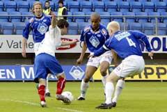 Vålerengas Daniel Fredheim Holm (i hvitt) tråkler seg gjennom Moldes forsvar. bestående av (f.v.) Martin Høyem, Marcus Andreasson og kaptein David Ljung. (Foto: Håkon Mosvold Larsen / SCANPIX)