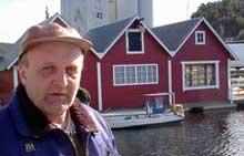 Per Støtzer hevder han fikk tillatelse av Halden kommune til å legge lekteren i bakgrunnen i Halden Gjestehavn. Foto: Rainer Prang NRK.