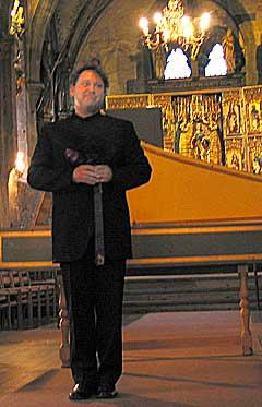 Richard Egarr fortalte om sitt forhold til Godbergvariasjonene i DOmkirken. Foto: Håkon Heggstad, NRK.
