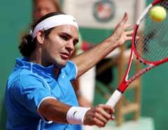 Roger Federer i aksjon i første runde i Paris. (Foto: Reuters/Scanpix)