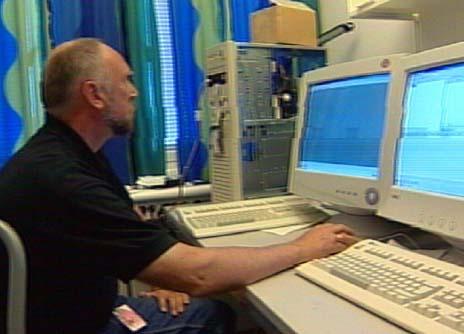 Politiet i Kristiansand var tirsdag ettermiddag i gang med å søke gjennom beslaglagte datamaskiner. Foto Gunnar Olsen.