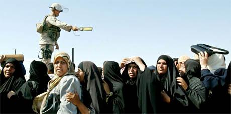 En amerikansk soldat holder orden på køen av kvinner utenfor Abu Ghraib-fengselet utenfor Bagdad. Kvinnene venter å få opplysninger om slektningene sine på innsiden. (Foto: Reuters/Scanpix)