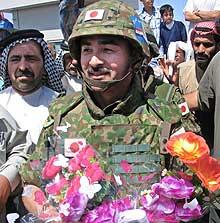 POPULÆRE: Japanske soldater fikk blomster fra innbyggerne i Sanawa 6. mai 2004. (Foto: Reuters/Mohammed Ameen)