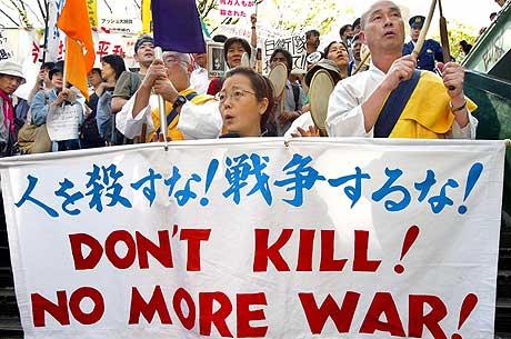 KJEMPER MOT KRIGEN: Japanske innbyggere protesterte mot krigen i Irak under en demonstrasjon i Tokyo 18. april 2004. (Arkivfoto: AFP/Yoshikazu Tsuno)
