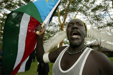 Denne sudanske manne uttrykkjer si glede over avtalen som no er underteikna. (Foto: AFP/Scanpix)