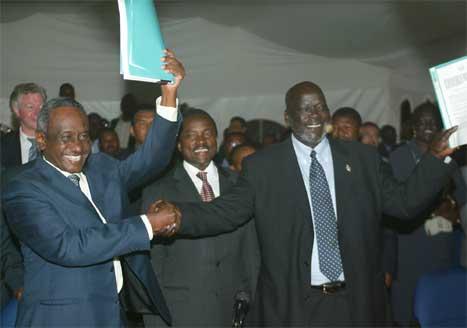Sudans visepresident Ali Osman Mohamed Taha (t.v.) og SPLA-leiar Johan Garang jublar etter at avtalen vart underskriven seint i kveld. (Foto: AP/Scanpix)