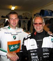 Fryd og gammen da Frode Lafton (t.v) kunne ønske Peter Engelbrektsson som ny Høndefoss-trener. (Foto: Scanpix)