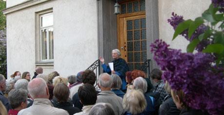 De mange oppmøtte følger nøye med når Osloguide Ellen Omtvedt Jenssen forteller om Sigrid Undset.