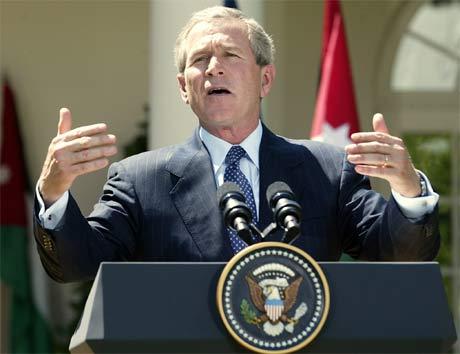 President George W. Bush holder tale (foto: AFP/Scanpix).