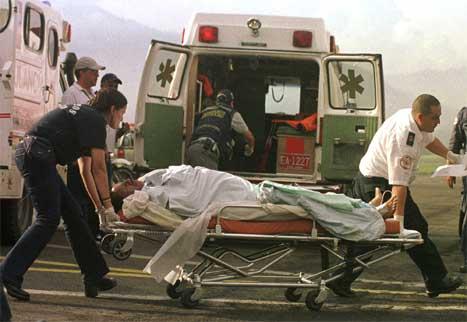 Et offer for en bombeaksjon utført av FARC blir hjulpet inn i en ambulanse. (Foto: AP/Scanpix)