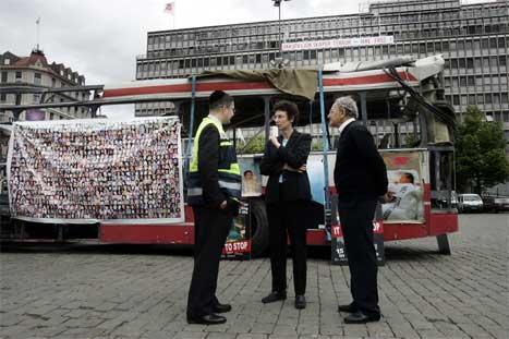 Israels ambassadør Liora Herzl (i midten) saman med Misiach Icashi (t.h.), som har mistet flere slektningar i terroraksjonar, og Zelig Feiner, som er talsmann for organisasjonen Zaka. (Foto: Heiko Junge/Scanpix)