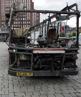 Den utbomba bussen skal stå på Youngstorget til søndag. (Scanpix-foto)