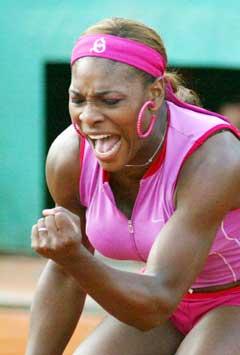 Serena Williams viser at hun er fornøyd med ett slag. (Foto: AP/Scanpix)