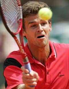 Gustavo Kuerten i aksjon mot Roger Federer. (Foto: AFP/Scanpix)