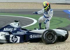 Ralf Schumacher går ut av bilen etter å ha krasjet i starten. (Foto: AP/Scanpix)