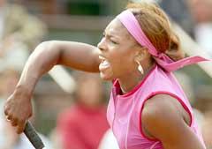 Serena Williams smasher under kampen mot Shinobu Asagoe. (Foto: AFP/Scanpix)