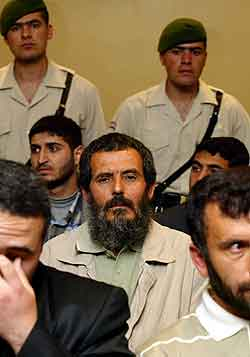 Seyit Ertul, en av de 69, under rettssaken mandag. Foto: Murad Sezer, AP