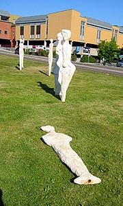 Jernstengane i er brotne tvers av ved foten av skulpturane.