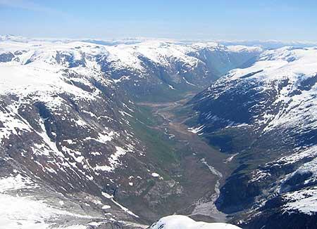 Arne Kleiven i hangglider over Josteidalsbreen. Utsikt ned mot Fjærland. Eige foto.
