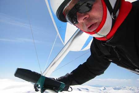 Arne Kleiven i hangglider over Jostedalsbreen. Kleivens eige foto.