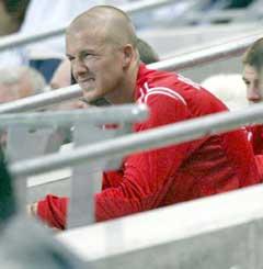 David Beckham skar grimaser på sidelinjen etter at han ble byttet ut. (Foto: AP/Scanpix)