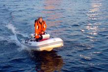 Helge Hjelland i den ti fot lange gummibåten som ble stjålet.