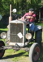 Med selvbygget traktor. Foto: NRK.