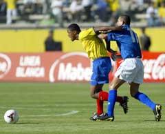 Mye grisespill i kampen. Her prøver Colombias Juan Carlos Ramirez å stoppe Ecuadors Klever Chala med ulovlige midler. (Foto: AFP/Scanpix)