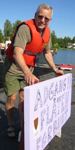 Ole Petter Hoem setter opp skilt på flåta.