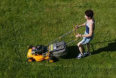 Bør det være lov å klippe gresset helligdager? Foto: Terje Bendiksby / SCANPIX