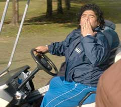 Ikke noe i veien med Maradonas stil i golfbilen. (Foto: AFP/Scanpix)