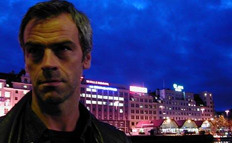 VARG VEUM: Midt i sitt virke - Bergen by night.