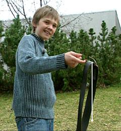 Even viser at pinnen og beltet balanserer på fingeren! (Foto: NRK)