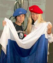 Myskina og Dementjeva før den første hel-russiske finalen i French Open. (Foto: REUTERS/Philippe Wojazer)