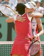 Dementjeva gratulerer sin bestevenninnen med lørdagens triumf. (Foto: AFP PHOTO GABRIEL BOUYS)