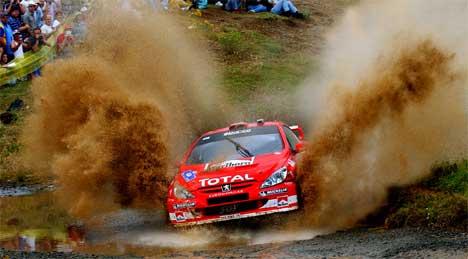 Harri Rovanperä jakter på Petter Solberg i Rally Akropolis 2004 (Foto:AP/Petros Giannakouris)