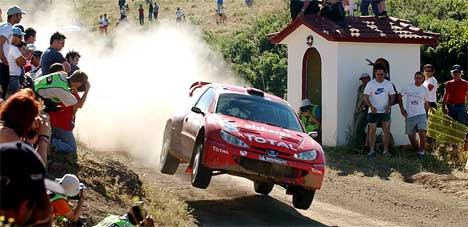 Svenske Daniel Carlsson har gjort et kjempeløp i Rally akropolis 2004 (Foto: AP/Dimitri Messinis)