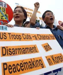 Demonstranter krever at amerikanske styrker trekkes ut foran dagens møte om tilbaketrekking mellom USA og Sør-Korea (Scanpix/AP)