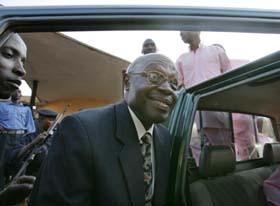 Eks-president Bizimungu forlater retten etter å ha fått dommen på 15 år. (Foto: M.Longari, AFP)