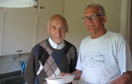 Hans Haveraaen kommer med mat til Kåre Gullhaugen. I dag står det fisk, poteter og broccoli på menyen.