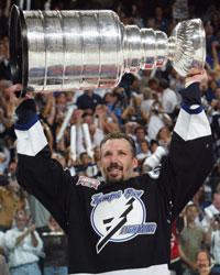 Tampa Bay-kaptein Dave Andreychuk kunne til slutt løfte trofeet. (Foto: Scanpix)