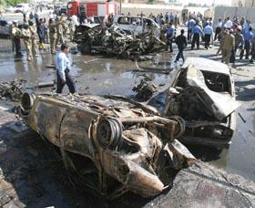 Bilvrak etter bomben i Mosul. Ti ble drept, 100 ble såret da bombene eksploderte i sentrum. (Foto: N.Noor-Eldeen, Reuters)