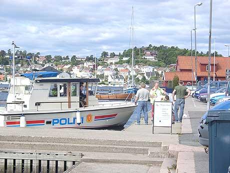 Politibåtene i distriktet har merket kuttene i budsjettet, og en er solgt. Likevel har de færre timene på sjøen ført til flere forelegg. Båtene brukes i mange andre sammenhenger også. Her i sommer da en narko-siktet hoppet i sjøen utenfor Arendal.